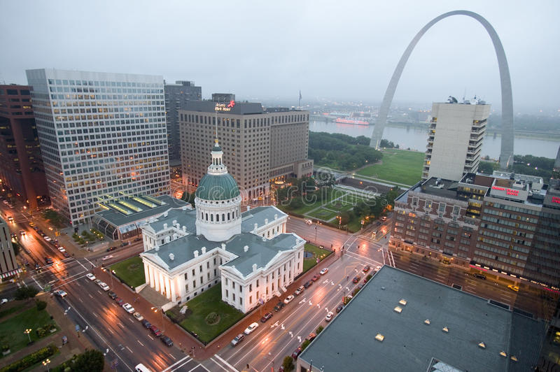In a misty rain an elevated view of Gateway Arch and the historical Old St. Louis Courthouse. The Courthouse was constructed of b stock image