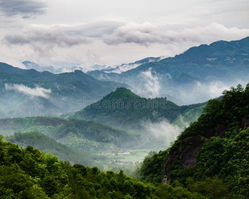Misty Village in de bergen van China stock fotografie