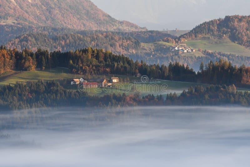 Misty Village nas montanhas da Eslovênia foto de stock royalty free