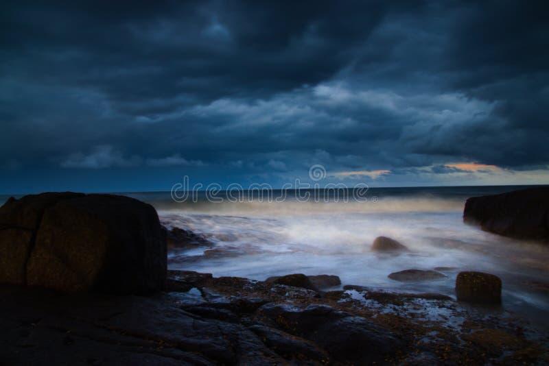 Misty Waves com rochas e as nuvens escuras imagens de stock royalty free
