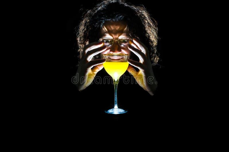 Mistycyzm i mężczyzna z szkłem kolor żółty zdjęcia stock