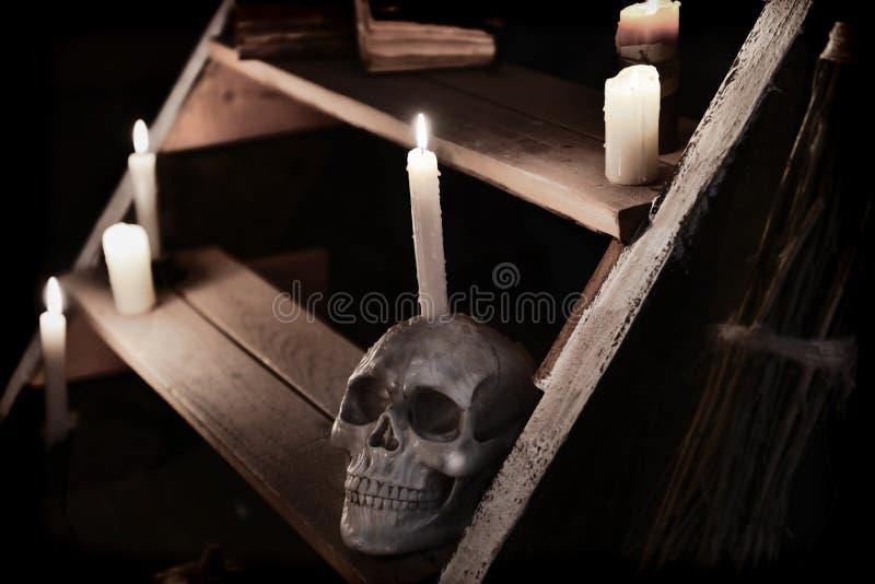Mistyczki wciąż życie z czaszką i świeczkami na drewnianym staircase_1 obrazy royalty free