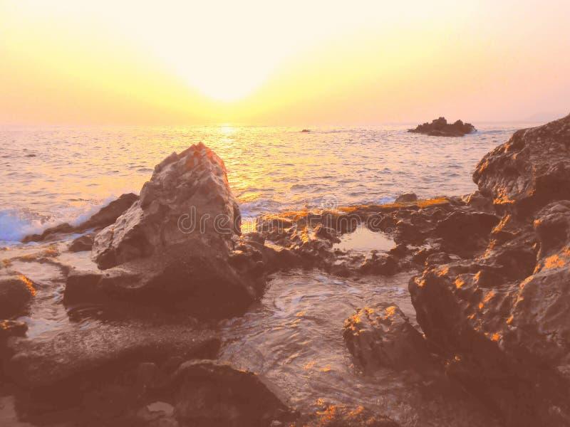 Mistyczna, tajemnicza, zdumiewająca denna zmierzch plaża, kamienisty wybrzeże zdjęcia stock