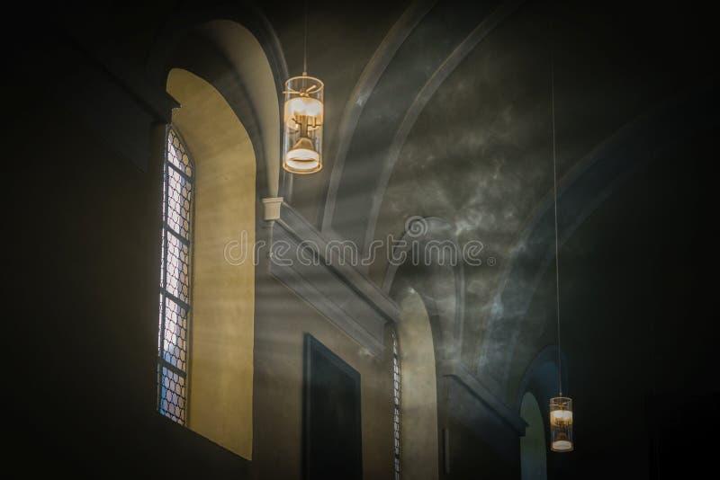 Mistyczny światło Dym i światło słoneczne w antycznym kościół zdjęcia royalty free