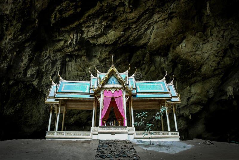 Mistyczny i tajemniczy złoty pawilon chujący w Phraya Nakhon jamie obrazy royalty free