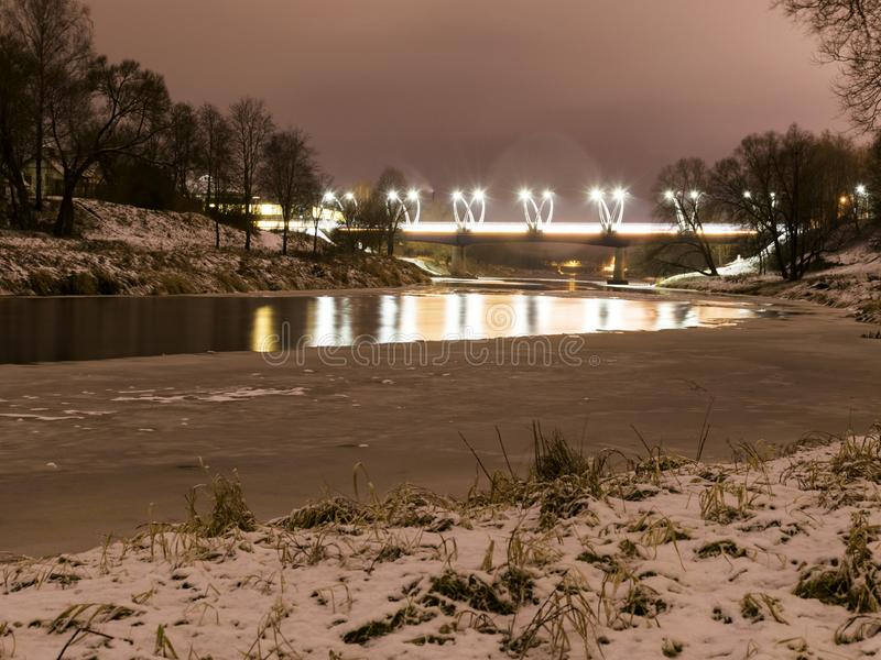 Mistyczny noc krajobraz z iluminującym mostu, zamazanego i mglistego konturem, wieczór światło, mgła, obrazy stock