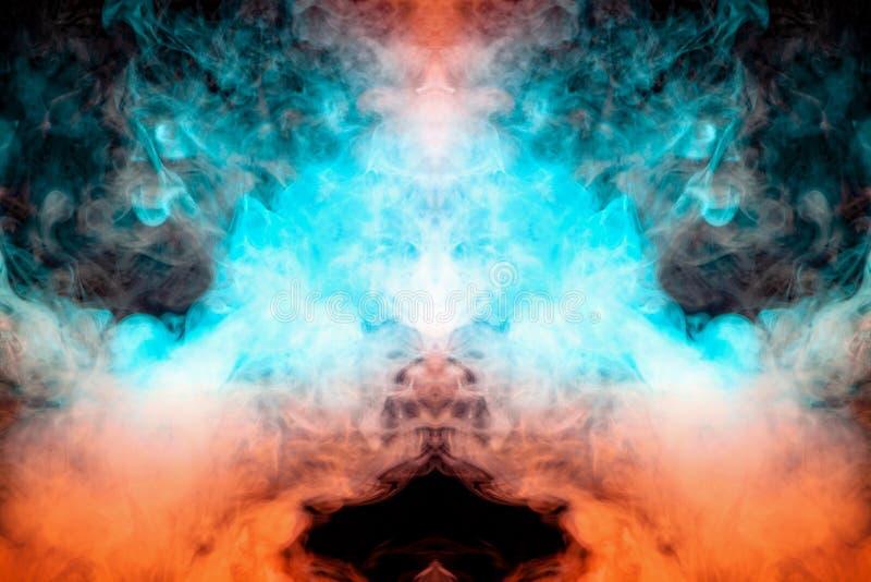Mistyczny wzór pomarańczowy i błękit barwił dym w formie ducha twarzy z dużymi oczami i otwartym usta tworzy a obrazy stock