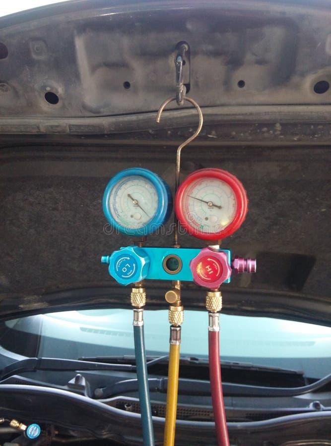 Misura dell'attrezzatura e riempimento del condizionatore d'aria dell'automobile fotografia stock
