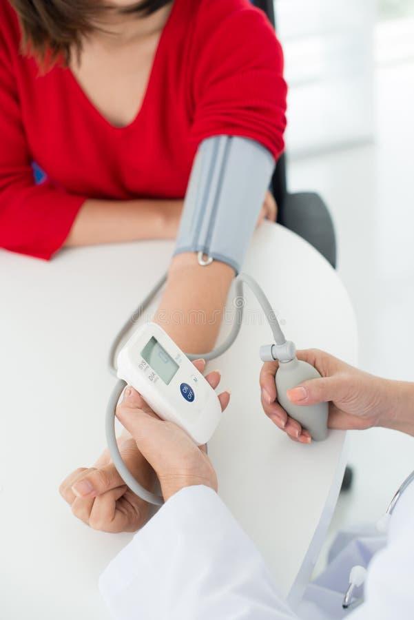 Misurazione di pressione sanguigna fotografia stock libera da diritti