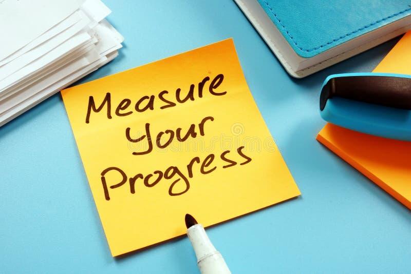 Misuri il vostro progresso per raggiungere gli scopi Appunto ed indicatore immagini stock libere da diritti