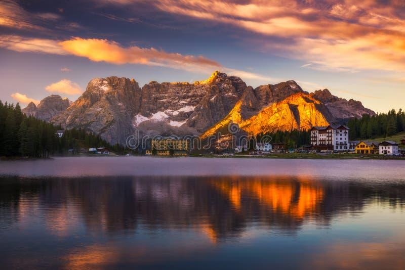 Misurina湖,白云岩意大利阿尔卑斯的被看见在日出 Sora 免版税库存照片