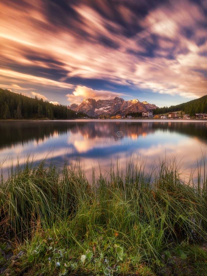 Misurina湖,白云岩的(意大利阿尔卑斯)被看见在日出 Sora 免版税库存图片