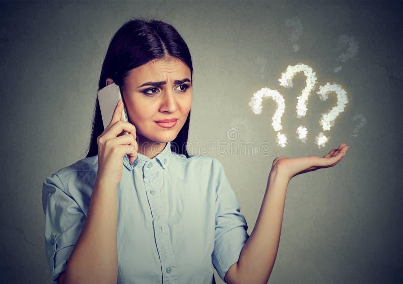 misverstand Het verstoorde vrouw spreken op mobiele telefoon heeft vele vragen royalty-vrije stock foto