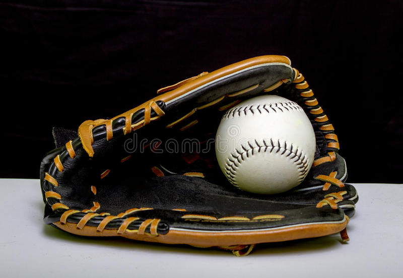 Mitón de béisbol con el béisbol blanco imagenes de archivo