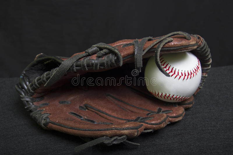 Mitón de la T-bola de la juventud con el béisbol blanco de la seguridad foto de archivo