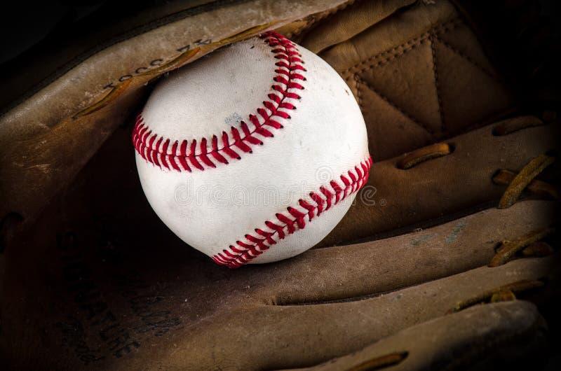 Mitón y bola del juego de béisbol imagen de archivo