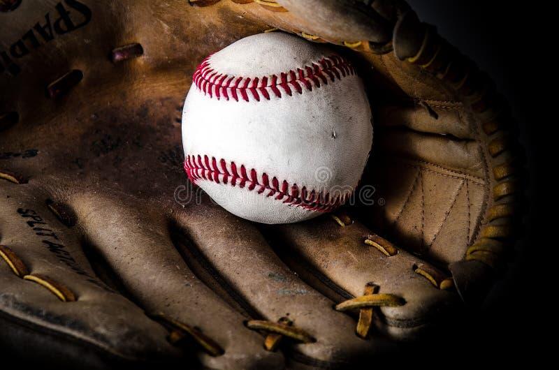 Mitón y bola del juego de béisbol fotografía de archivo libre de regalías