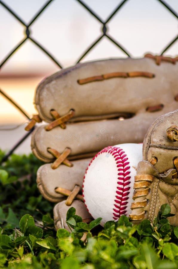 Mitón y bola del juego de béisbol foto de archivo