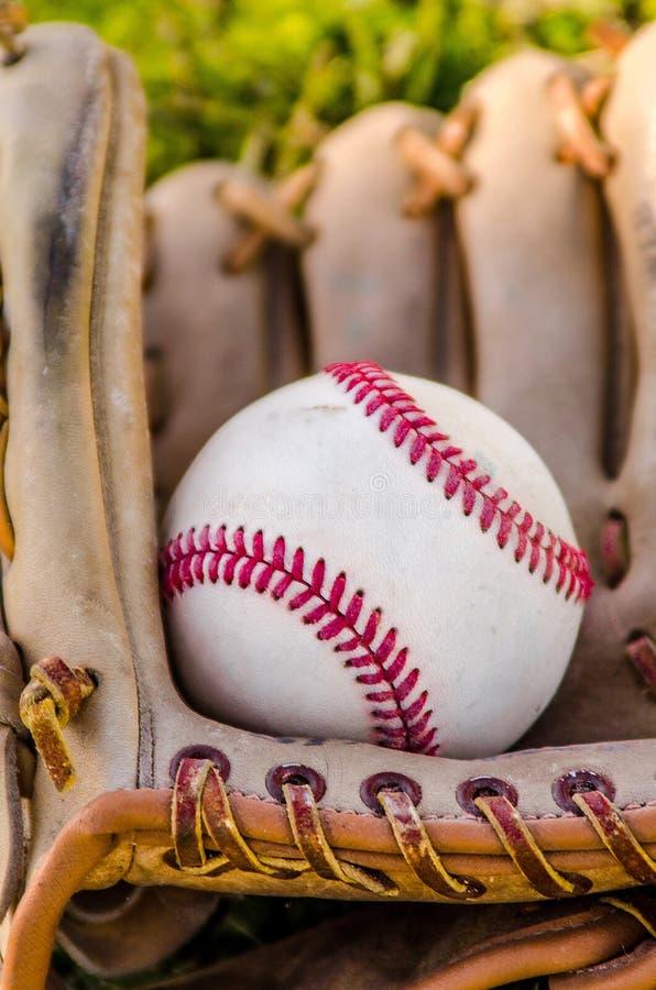 Mitón y bola del juego de béisbol imágenes de archivo libres de regalías