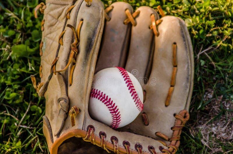 Mitón y bola del juego de béisbol foto de archivo libre de regalías