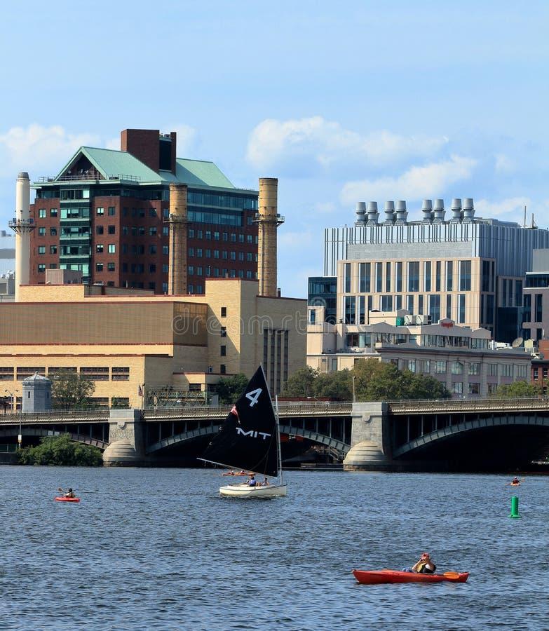 MIT żeglowania łódź na Charles rzece w Boston i Boston linia horyzontu na tle, Massachusetts z Longfellow mostem zdjęcia royalty free