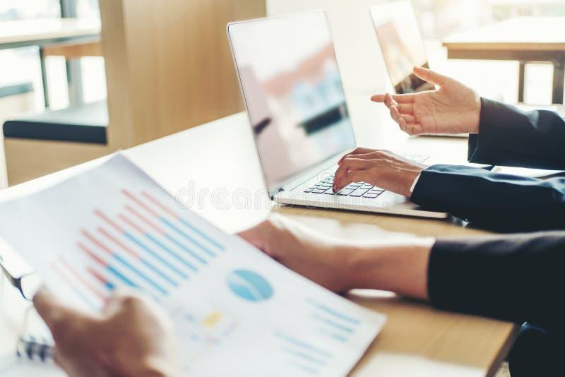 Mit-arbeitende Geschäfts-Teambesprechungs-Planungs-Strategie-Analyse-Investition und Rettungskonzept Sitzung, die den neuen Plan  lizenzfreie stockbilder