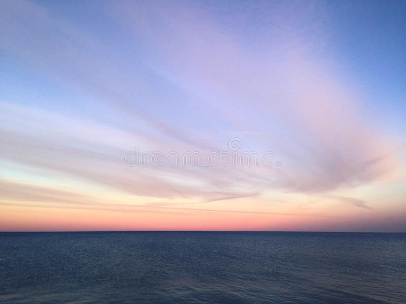 Mit dem Sonnenuntergang zu meiner Rückseite lizenzfreie stockbilder