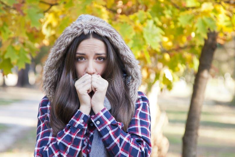 Mit einem Ausdruck der Kälte stockfotos