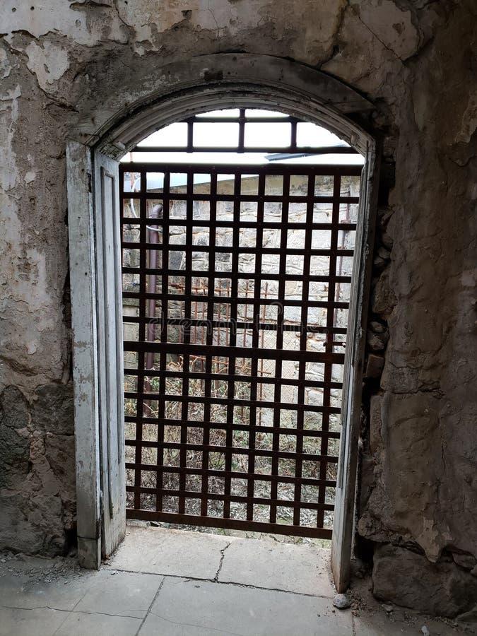 Mit einem Gatter versehene Tür zur Freiheit stockfotografie