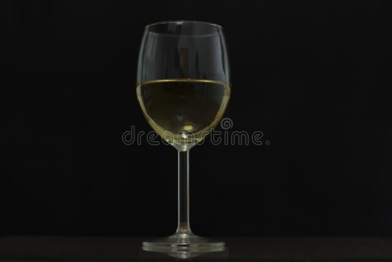 Mit einem Glas Wein in seinen Händen lizenzfreie stockfotos