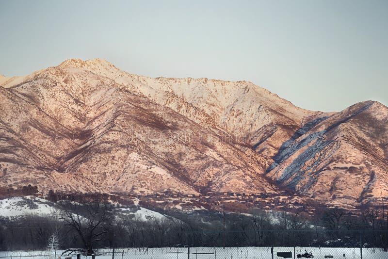 Mit einer Kappe bedeckte Berge Utahs Schnee mit Sonneneinstellung lizenzfreies stockfoto