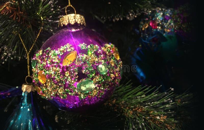 Mit einer Kruste bedeckt mit Kristalle Weihnachtsbaumdekorationen hängen Sie an einem tre lizenzfreies stockbild