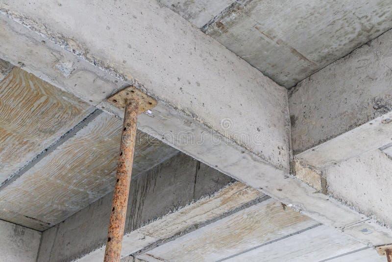 Mit Eisenstahlunterstützung im Bau errichten stockbild