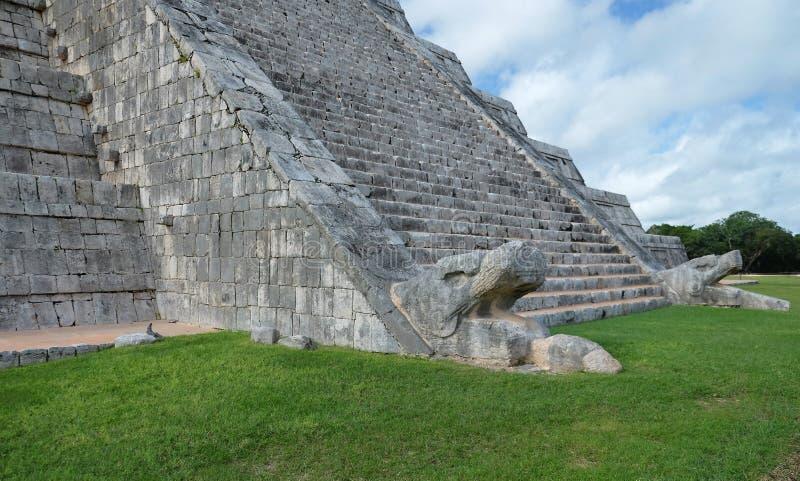 Mit Federn versehene Schlange an der Basis der Treppe der El Castillo-Pyramide an an archäologischer Fundstätte Chichen Itza, Mex lizenzfreies stockfoto