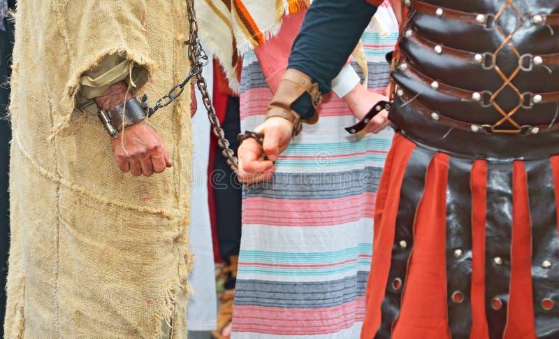 Mit Handschellen gefesselter Gefangener stockfotografie