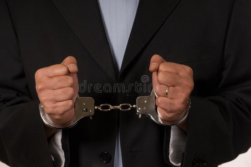 Mit Handschellen gefesselter Mann stockfotografie
