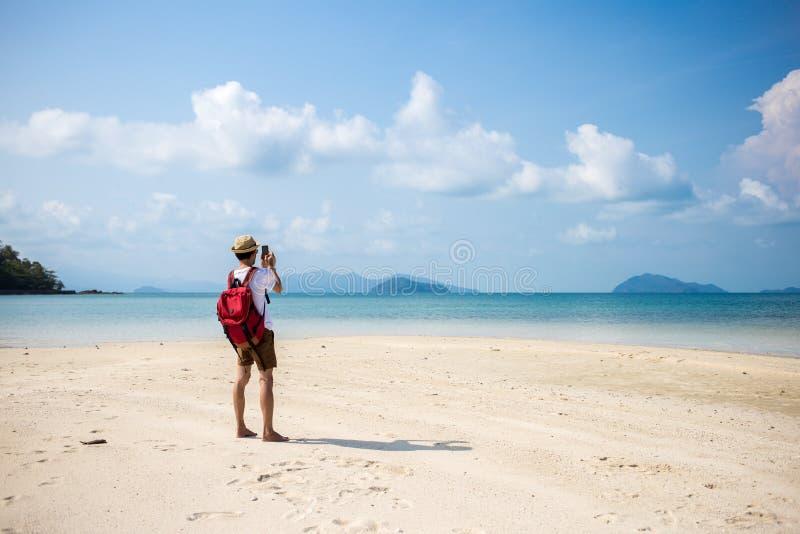 Mit Handy im Urlaub sich entspannen stockfotografie