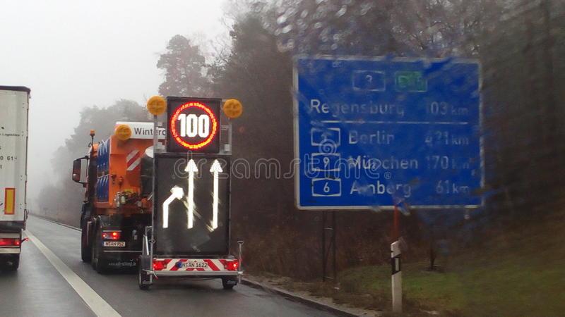 MIT Hinweisschild des Autobahn 3 stockbild
