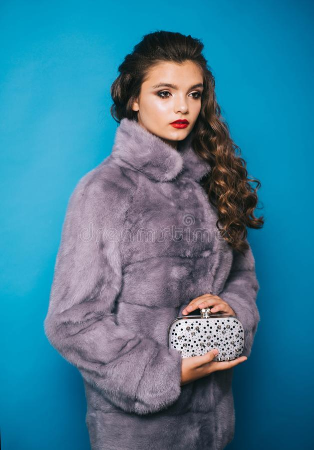 Mit ihrer weiblichen schicken Art H?bsche Frau im modernen Pelzmantel Mode-Modell tragen luxuri?sen Pelz Sch?nes M?dchen lokalisi stockfotografie