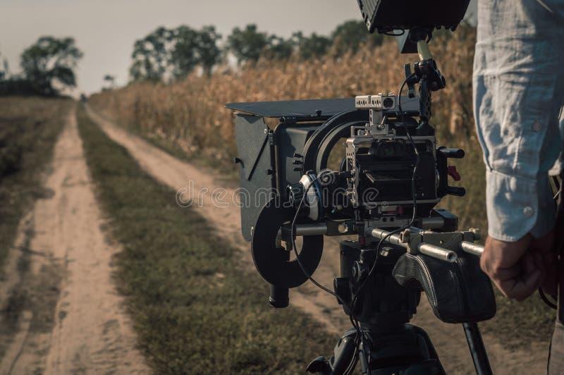 Mit Kameraanlage draußen filmen Filmproduktionsszene lizenzfreie stockfotografie