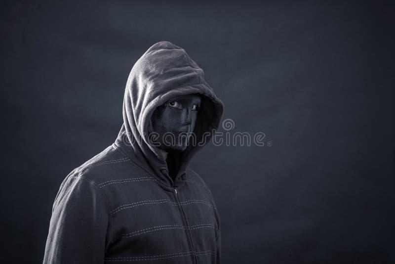 Mit Kapuze Mann mit schwarzer Maske stockbild