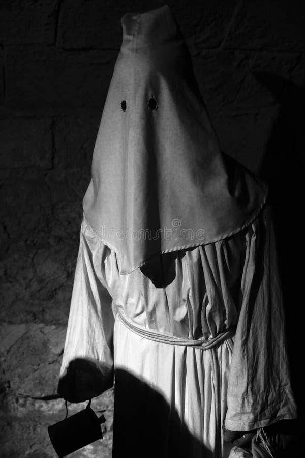 Mit Kapuze Mann zum Museum der Folterung lizenzfreies stockbild