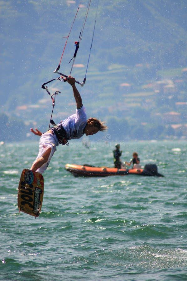 Mit kiteboard hoch springen lizenzfreie stockfotografie