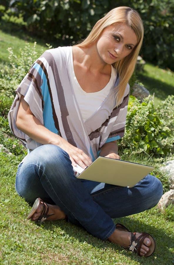 Mit Laptop im Park lizenzfreie stockfotografie