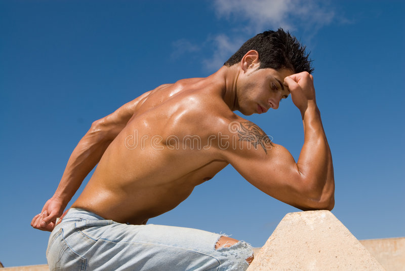 Mit Muskeln Mann unter dem blauen Himmel lizenzfreie stockfotografie