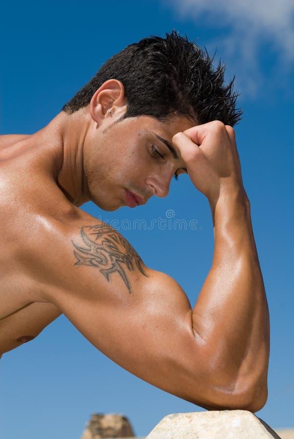 Mit Muskeln Mann unter dem blauen Himmel lizenzfreies stockbild