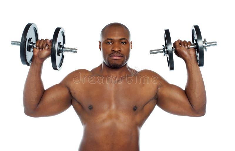 Mit nacktem Oberkörper afrikanische männliche Holding Dumbbells stockfotografie
