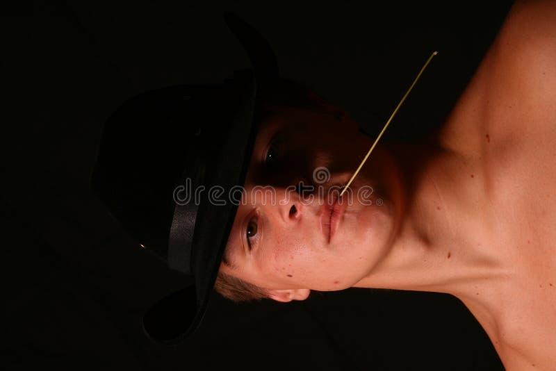 Mit nacktem Oberkörper männliches Baumuster im Cowboyhut stockfotos