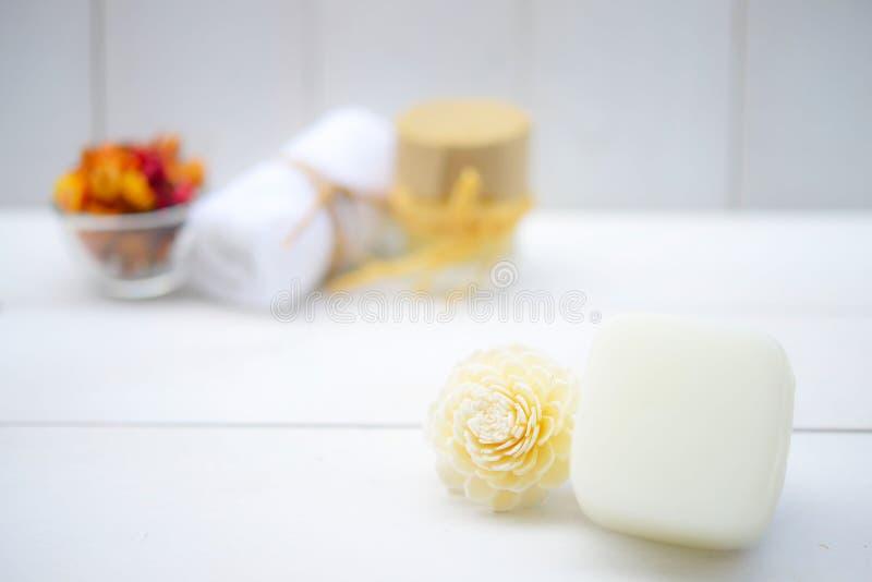 mit natürlichen Seifen und Blume für Aromatherapie stockbilder