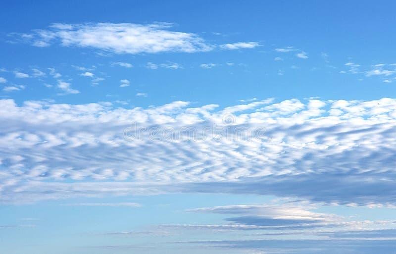 Mit Rippen versehene Wolke kopiert am Vorfrühlings-Tag durch den Hafen lizenzfreies stockbild
